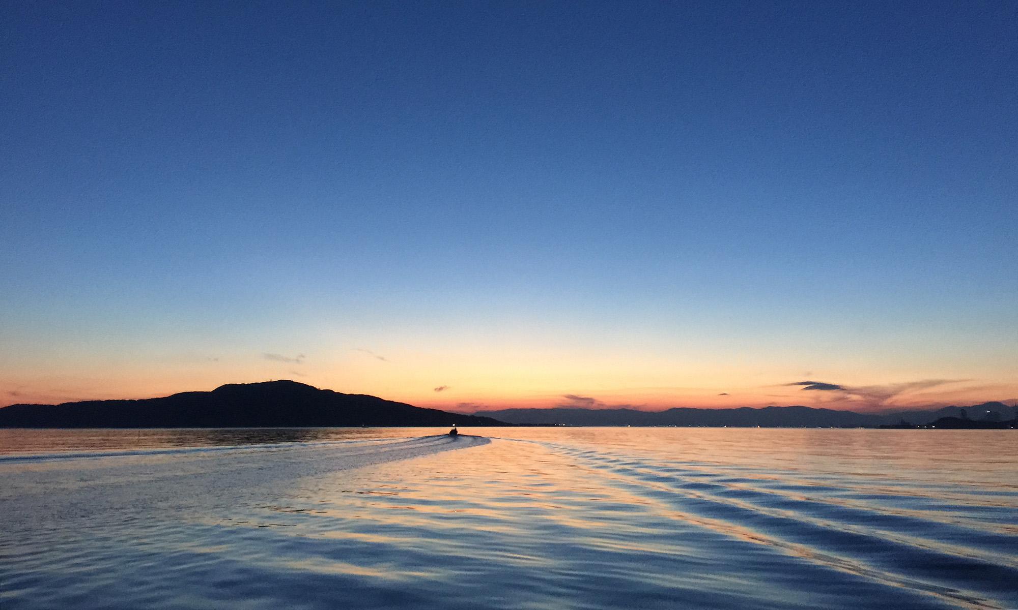 能古島をのぞむ博多湾の夜明け