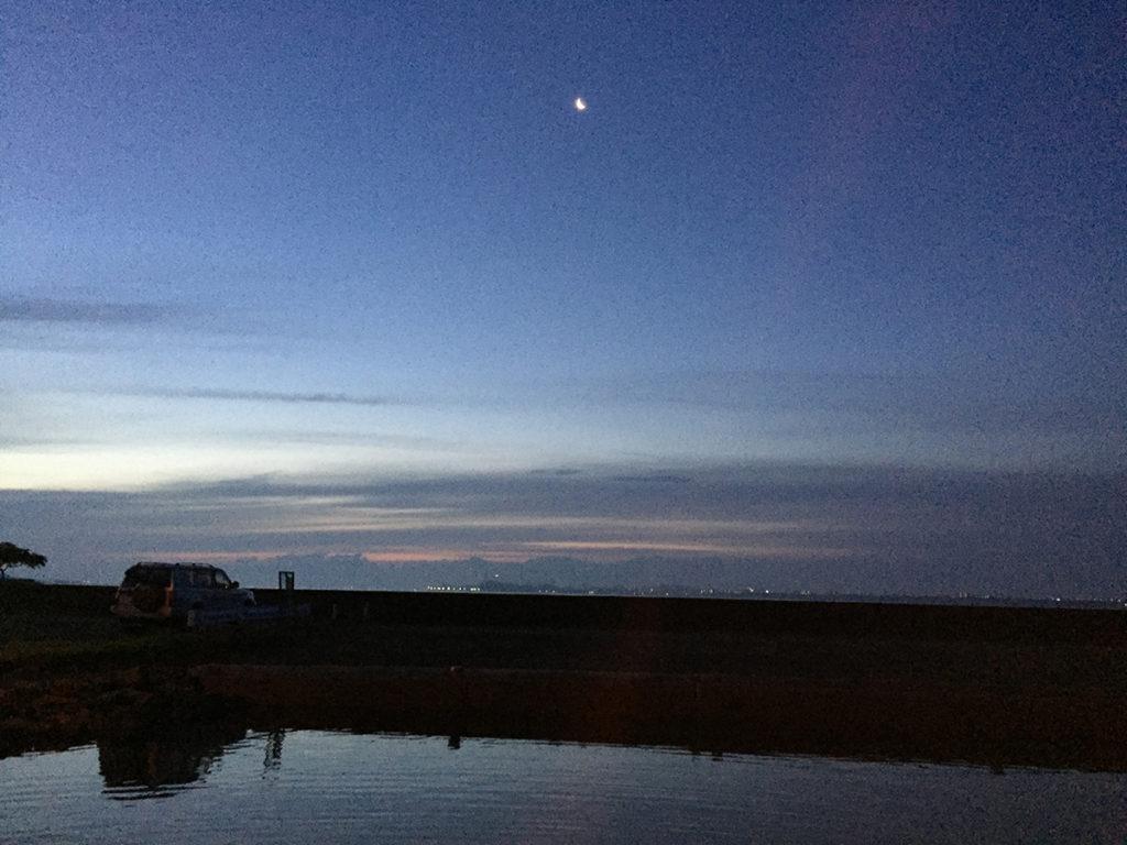 港の夜が明けてきました。