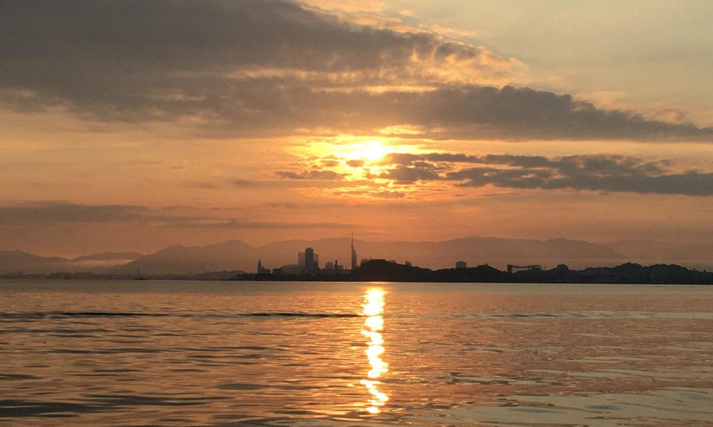 べた凪の中の、福岡の街の夜明けもキレイ。