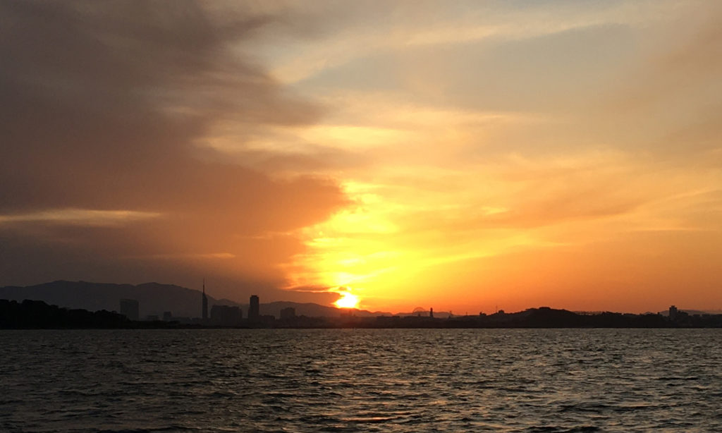 先週と同じ博多湾の夜明け。
