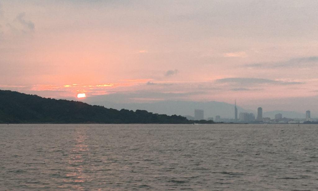 出航すると陽が登ってきました。
